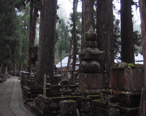 高野山青山幸成公五輪塔と奥の院無明橋(左手奥)