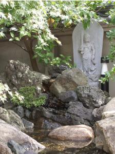 大覚寺鎮守社脇の貴船石(紫)と鞍馬石(褐色)の滝